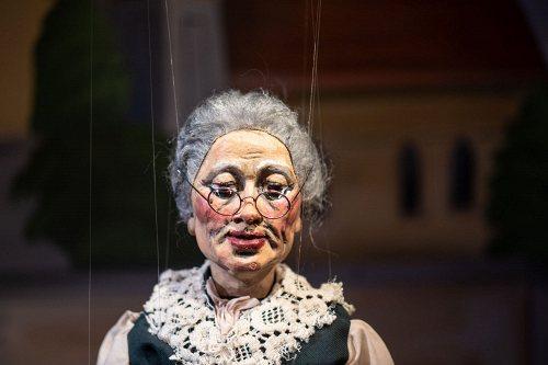 Darstellung einer Produktion GROSSMUTTER, DAS VIRUSERL UND DIE ZUKUNFT Eine freche Marionetten-Kasperliade zum Umgang mit der Pandemie 1/2