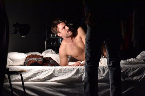 Darstellung einer Produktion Engel in Amerika Schauspiel von Tony Kushner 3/15